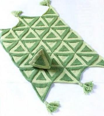 Для тонкой фактуры чулочная вязка сочетается с обратной чулочной.  Игрушка-треугольник, выдержанная в том же стиле...